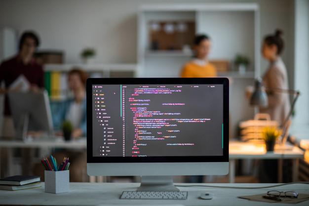 foto de computador com codigo de site